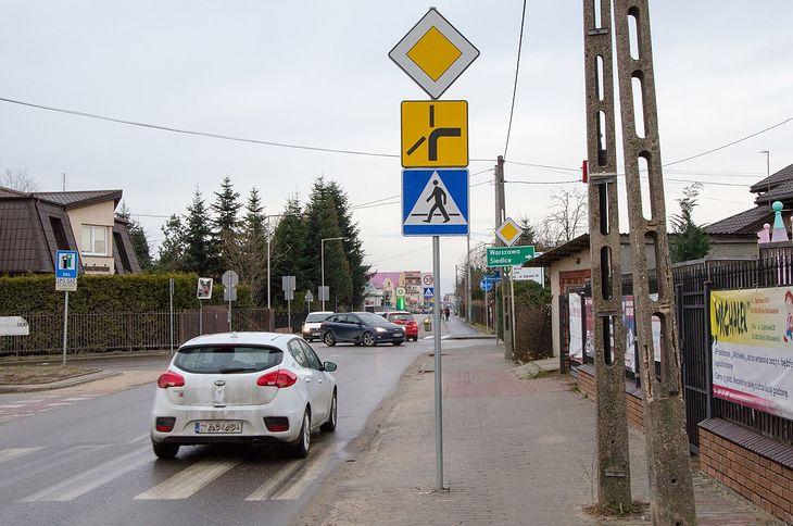 Tzw. skrzyżowanie łamane sprawia wielu kierowcom dużo problemów