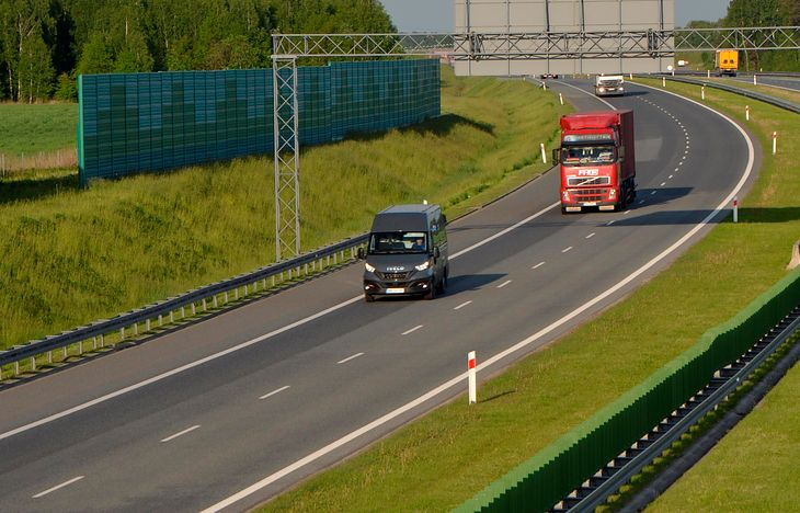 Na autostradzie nie obowiązuje minimalna prędkość, ale pojazd musi być zdolny do osiągnięcia minimum 40 km/h. W przeciwnym wypadku nie wolno nim jeździć po autostradzie.