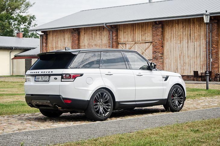 Luksusowe SUV-y zazwyczaj mają dmc powyżej 2,5 tony, bo masa własna przekracza 2 tony. Takimi autami na chodniku nie wolno parkować