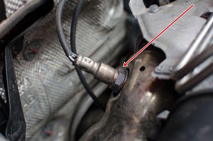 Sonda lambda jest umieszczana przy silniku, ale także może być przed i za katalizatorem pod autem.