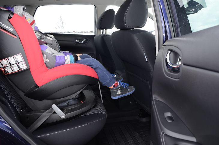 Посмотрите, сколько места нужно ребенку на его первом автокресле, и это еще не положение для сна.  * пример фото - никогда не пристегивайте ребенка на автокресле в куртке, особенно зимой.