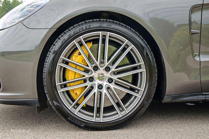 Pompowanie azotem opon samochodów luksusowych o wysokich osiągach ma sens, choć na pewno nie ekonomiczny.