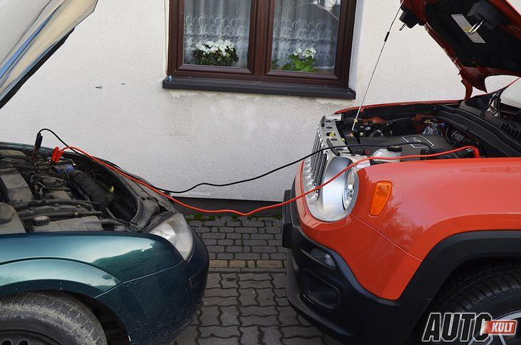 Diesla najlepiej uruchamiać z kabli przy pomocy innego diesla. Akumulator silnika benzynowego może być za słaby.