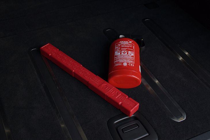Choć wiele osób myśli inaczej, w skład obowiązkowego wyposażenia samochodu wchodzi tylko gaśnica i trójkąt ostrzegawczy