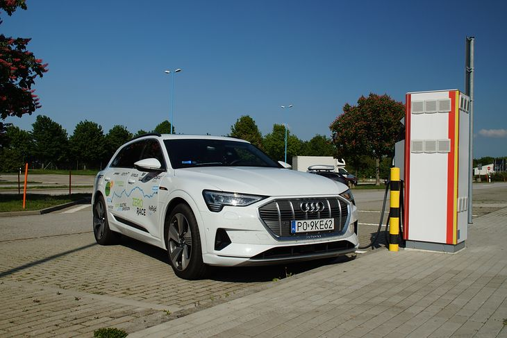Audi e-tron na ładowarce w Niemczech