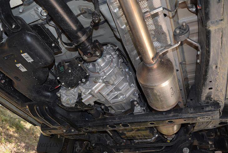 Podwozie auta, a pośród elementów także katalizator. Nierzadko montuje się więcej niż jeden.