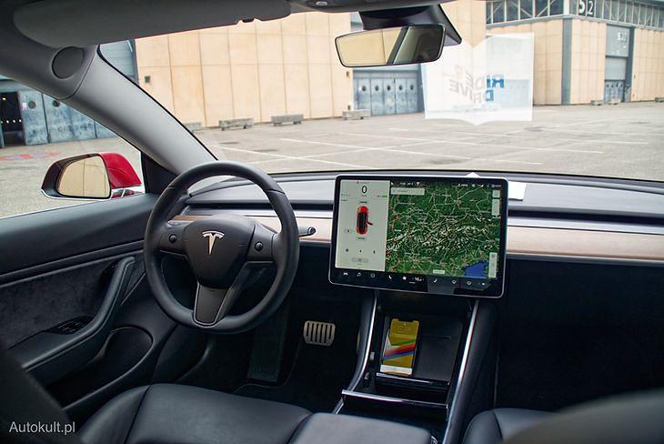 Choć samo włączenie wycieraczek w Tesli Model 3 odbywa się dźwignią, sterowanie częstotliwością pracy wymaga użycia dotykowego ekranu
