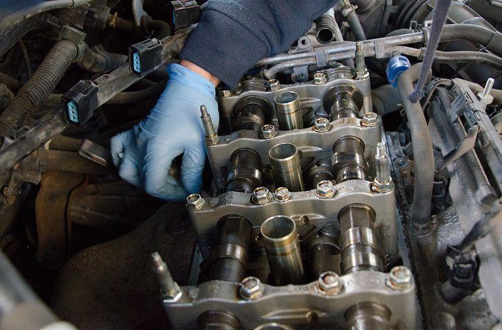 W zależności od konstrukcji silnika, luzy zaworowe w Hondach Accord reguluje się w czasie od 30 min do 1,5 h.