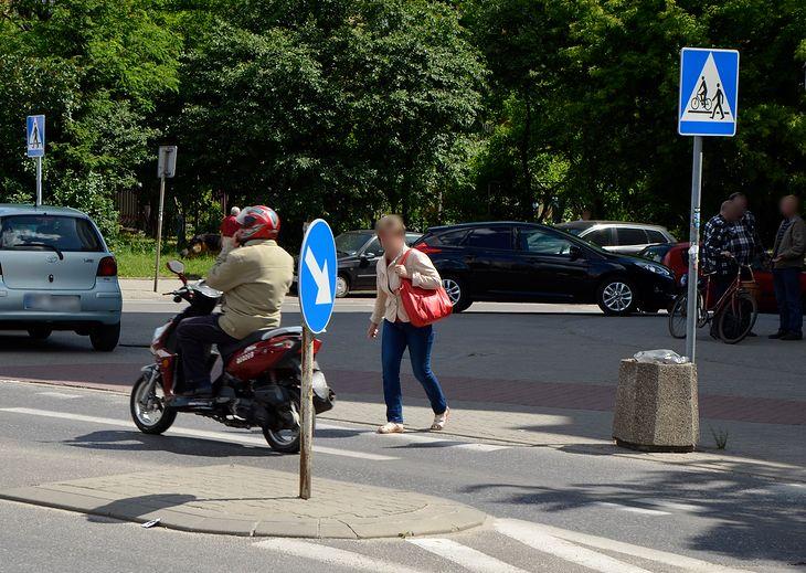 Wydaje się, że pieszy wchodzący na przejście, to osoba, która jedną nogę postawiła na pasach. A może już wcześniej?