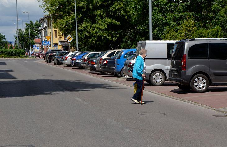 """Osoba chodząca o kulach jest w pewnym sensie """"uprzywilejowana"""" i ma nie tylko prawo przejść przez jezdnię bez korzystania z przejścia dla pieszych, ale też kierujący muszą zatrzymać pojazd, by ją przepuścić."""