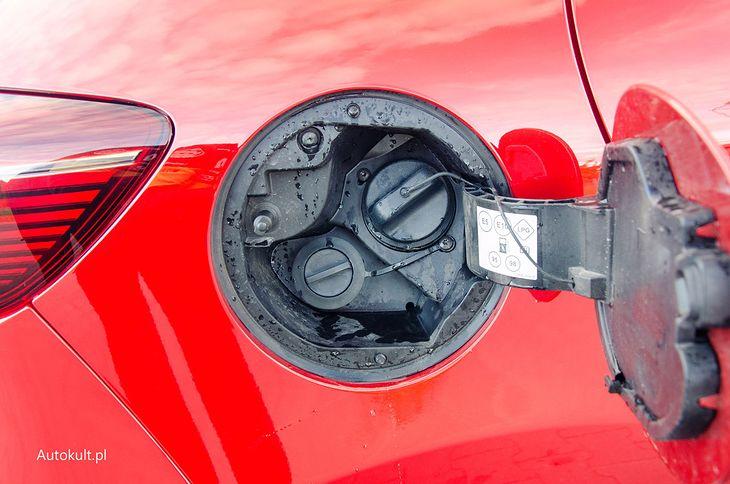 Wlew LPG pod klapką paliwa