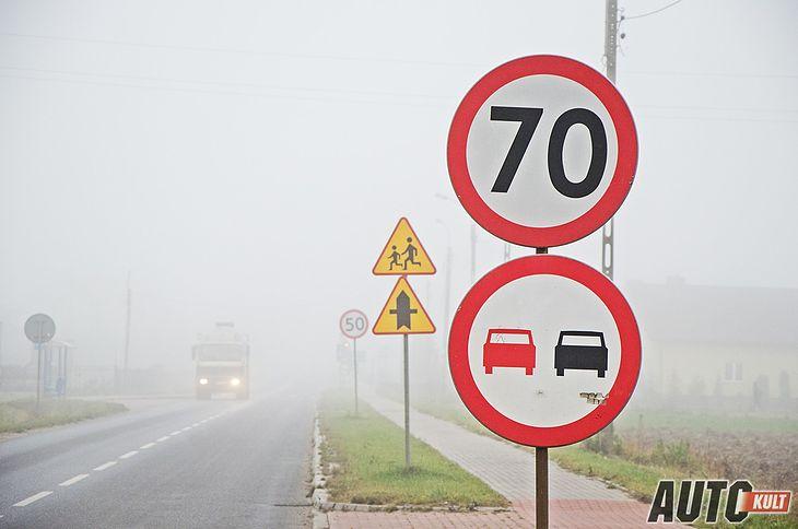 Jeśli pojawia się taki znak drogowy, to nie ma wątpliwości. Natomiast jeśli go nie ma, nie każdy wie, jak szybko może jechać.