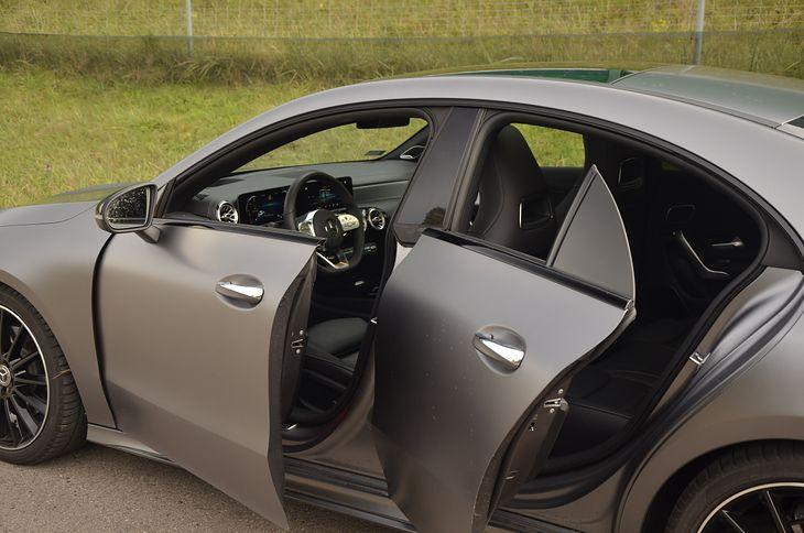 Latem najlepiej otworzyć drzwi i zostawić auto, by się porządnie nagrzało. Jesienią czy zimą to niemożliwe.