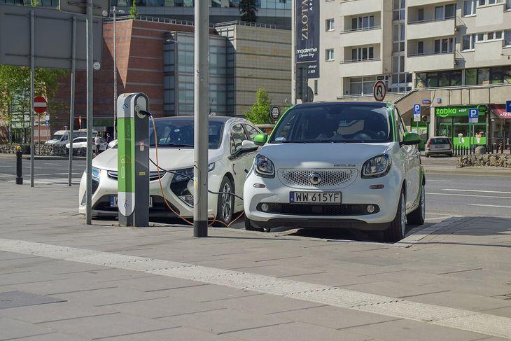 Samochodów elektrycznych w Polsce przybywa, ale tempo wzrostu spadło