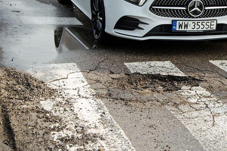 Dziura w jezdni z reguły nie wyrządza dużych szkód, choć w nowych autach sama wymiana opony może słono kosztować.