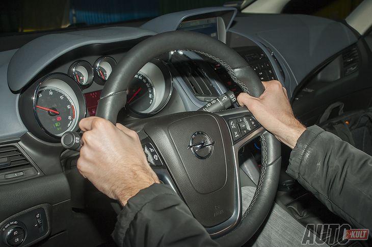 Prawidłowa pozycja za kierownicą zapewni nie tylko pewność prowadzenia, ale może uratować nam także życie podczas wypadku