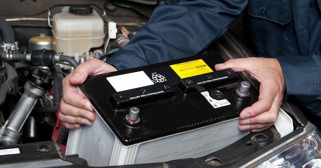 Wyciąganie akumulatora z komory silnika