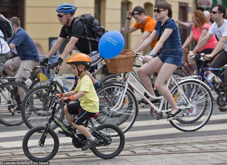 Dzieci do lat 14 mają obowiązkowo jeździć w kaskach rowerowych. Środowisko cyklistów nie jest zadowolone. A co mówią badania?