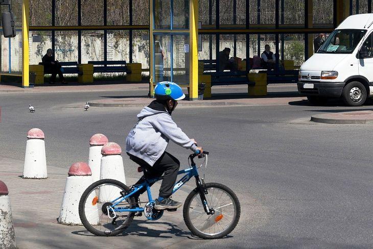 KRBRD odpowiada wymijająco na pytania związane z planowanym wprowadzeniem dla dzieci obowiązku jazdy w kasku. Przeglądamy więc dokumenty.