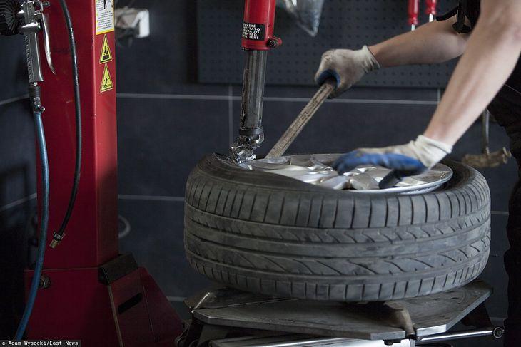 Podczas wymiany opon mechanicy używają narzędzi, którymi łatwo uszkodzić lakier obręczy. Pamiętajcie, że ponoszą za to odpowiedzialność.