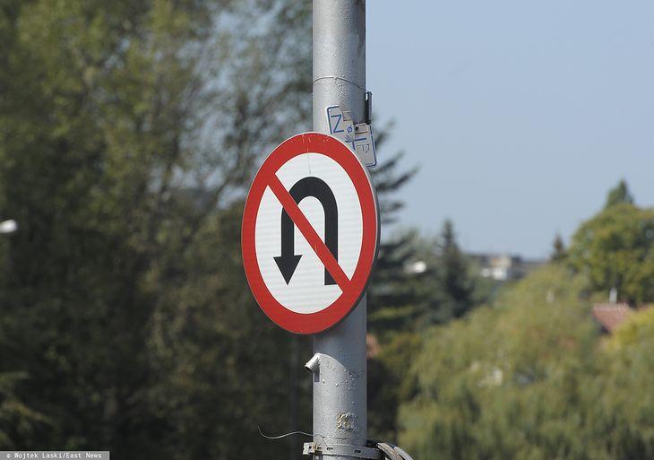To niejedyny znak, jaki zakazuje zawracania na skrzyżowaniu.
