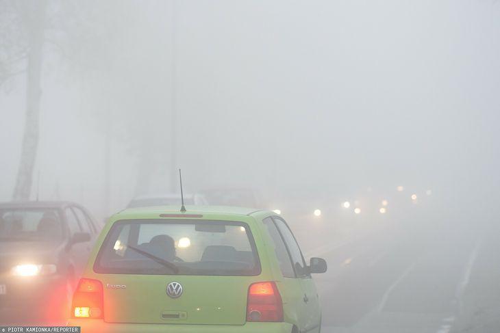 Wielu kierowców nie wie, kiedy włączyć tylne światło przeciwmgłowe
