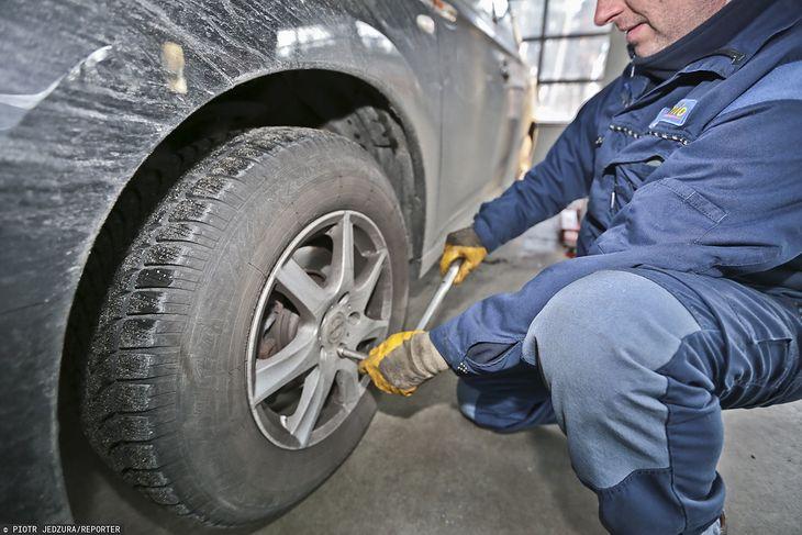 Wymiana opon nie jest w Polsce obowiązkowa, ale i tak robi to większość kierowców.