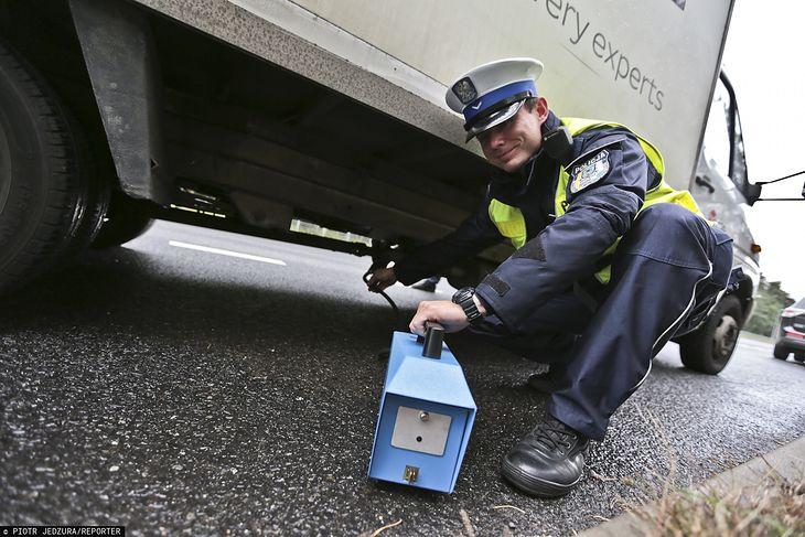 Kontrola emisji spalin (fot. Piotr Jedzura/Reporter)