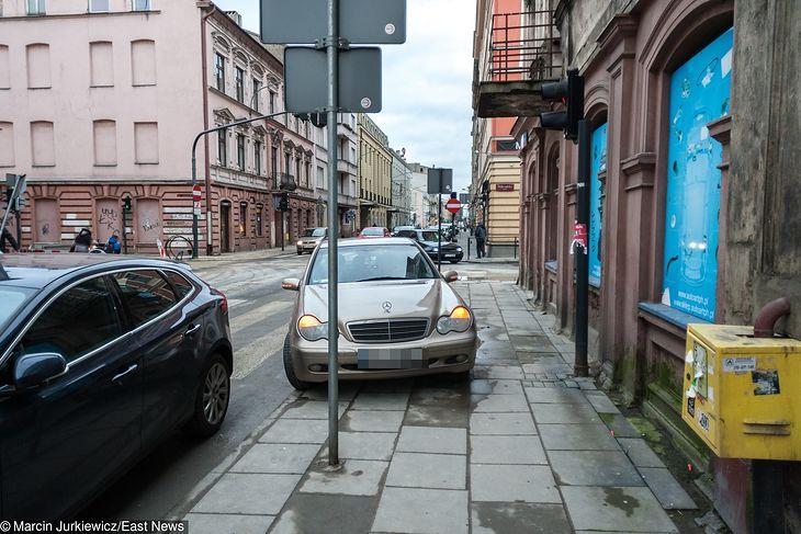 Parkowanie na chodniku tylko pod warunkiem, że częściowo na ulicy. Taki postulat trafił do Komisji Sejmowej.