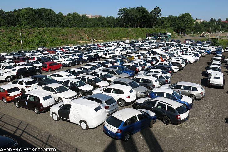 Parking pod salonem samochodowym