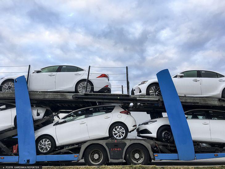 Od początku roku sprzedaż aut spadła o 13,2 proc. względem analogicznego okresu w zeszłym roku
