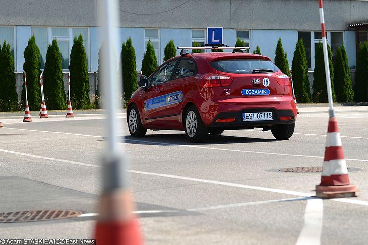 Kierowcy z uprawnieniami, którzy chcieliby się doszkolić, muszą się kierować do Ośrodków Doskonalenia Techniki Jazdy, a nie do szkół jazdy.