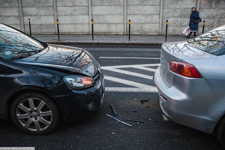 Jeśli kierowca ucieknie z miejsca zdarzania, powinno się wezwać służby, a nie ruszać w pościg za nim - zdjęcie poglądowe