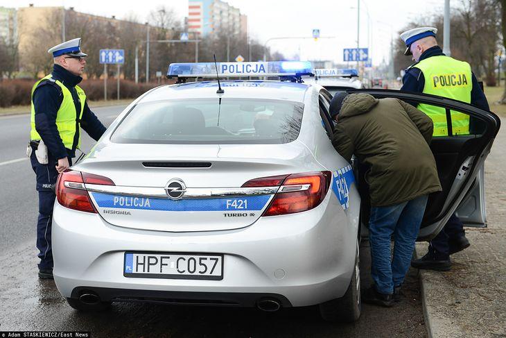 Policja może przymknąć oko na kierowcę, który nie zabrał dokumentu prawa jazdy, ale w każdym innym przypadku konsekwencje są poważne.