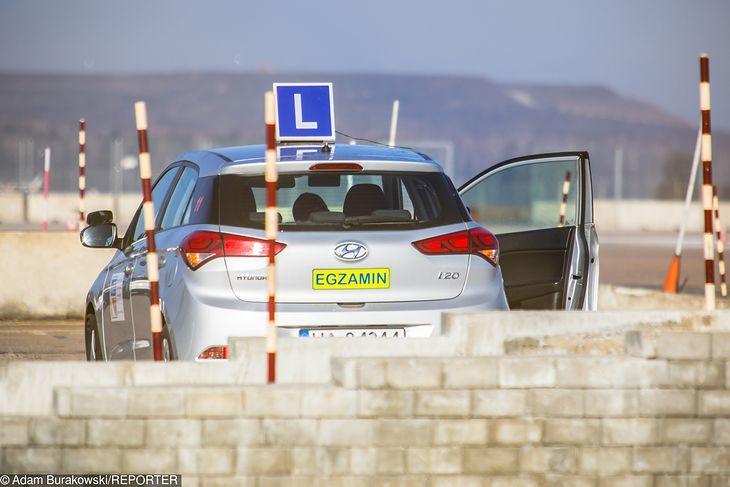 Egzamin na prawo jazdy to przedostatni z pięciu kroków do jego zdobycia