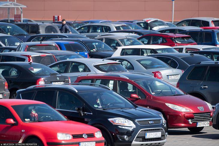 Parkowanie na zakupach coraz częściej wiąże się z koniecznością pobrania biletu.