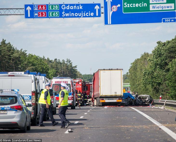 Do tragicznego zderzenia siedmiu aut doszło w niedzielę na trasie A6. Dwie godziny później miał także miejsce wypadek w przeciwnym kierunku. Zderzyły się kolejne 3 pojazdy, a trasa w obie strony jest zablokowana. W karambolu życie straciło co najmniej 6 osób.