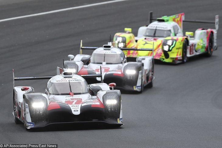Toyota #7 i Toyota #8. Tuż za nimi Rebellion #3, który utrzymywał 3. pozycję przez większość wyścigu.