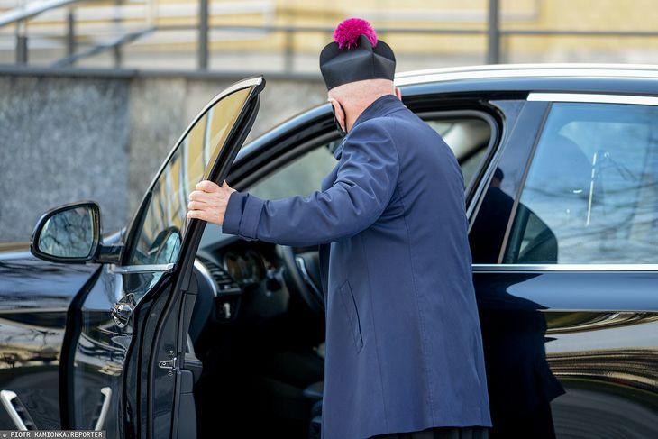 Duchowieństwo może liczyć na szczególne traktowanie przy zakupie nowego auta (Zdjęcie ilustracyjne)