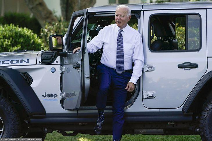 Joe Biden po przejażdżce wranglerem 4xe.