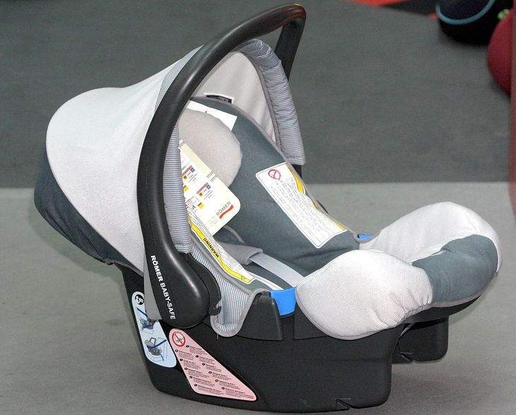 Группа 0, первое сиденье, в принципе - переноска для ребенка, потому что когда вынимается из машины, в ней можно перевозить ребенка.  Я думаю, что термин «автокресло» несколько преувеличен, потому что вы сидите на сиденье.