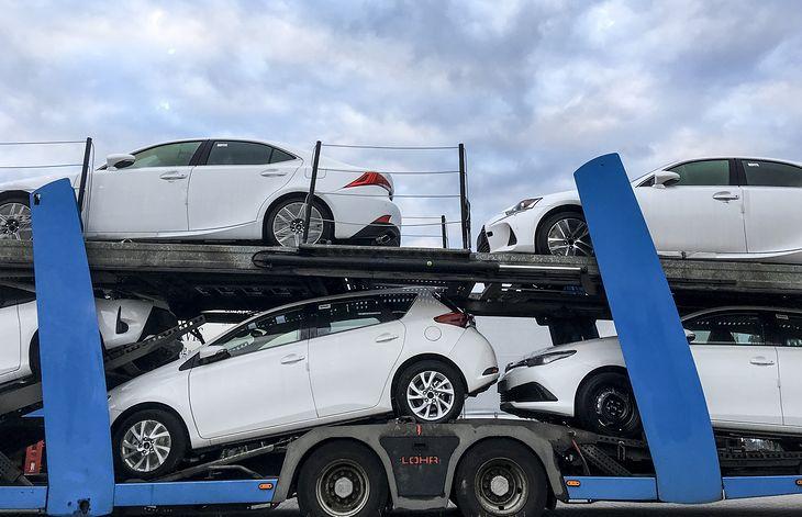 Nowych samochodów sprzedaje się więcej. Kupują je jednak głównie firmy