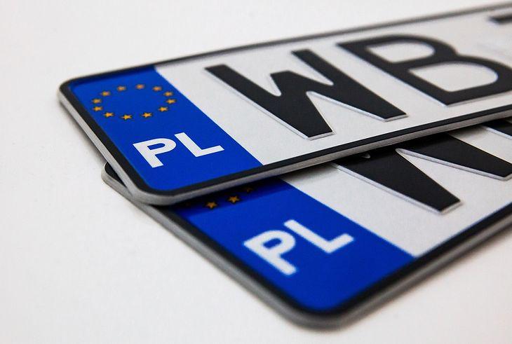 Dziś po zakupie używanego pojazdu tablice rejestracyjne trzeba odnieść do urzędu