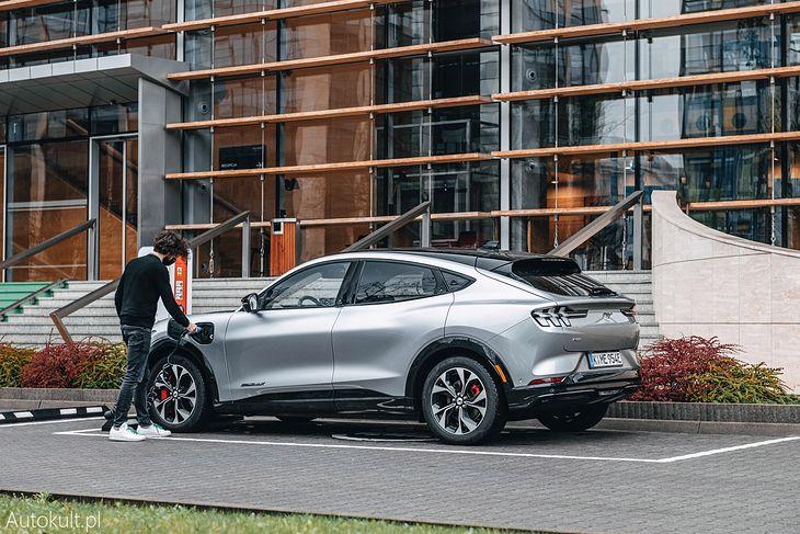 Naładowanie Forda Mustanga Mach-E z miejskiego słupka zajmie do 7 godz. 12 min.