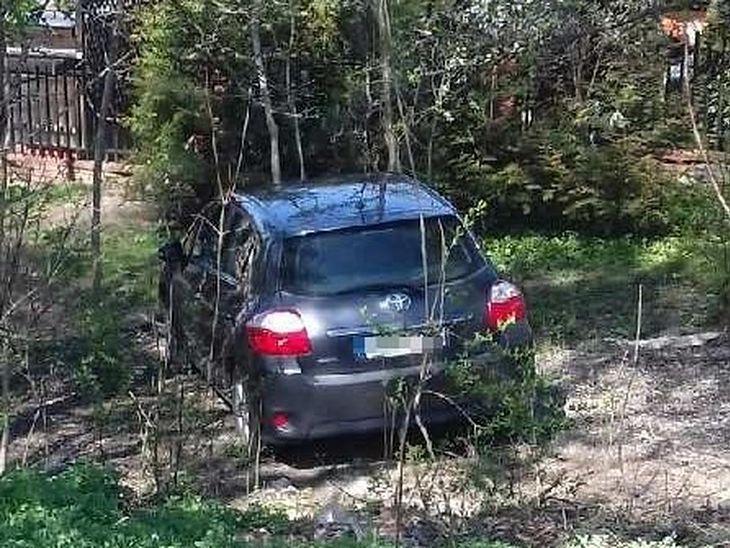 Auto przejechało około 200 metrów i stanęło w pobliskich krzakach.