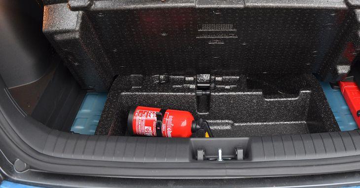 Niezbyt roztropne umieszczenie gaśnicy. Nie dość, że pod podłogą bagażnika, to jeszcze pod jej drugim poziomem.