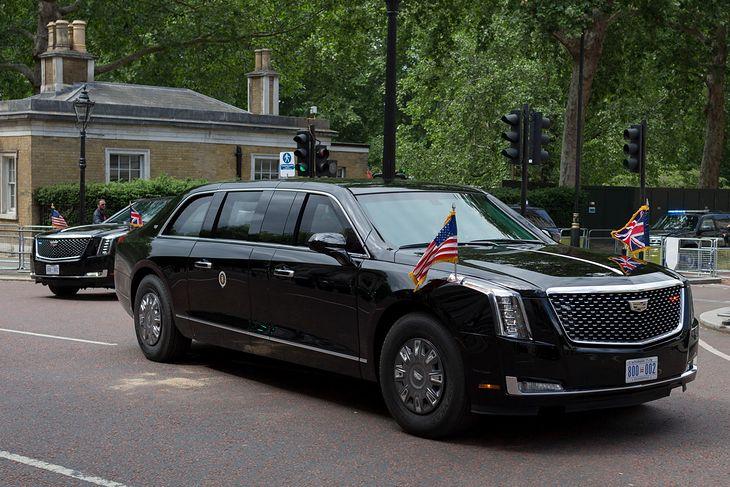 Podczas zagranicznych wizyt prezydentowi USA towarzyszą dwie opancerzone limuzyny