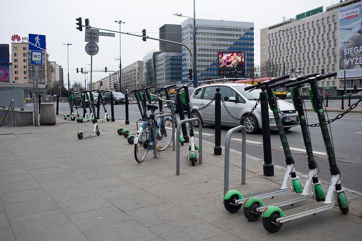 W zatłoczonym mieście korzystanie z hulajnogi może być konkurencją dla jazdy samochodem