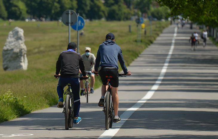 Dłuższy dystans do pracy czy spore wzniesienie po drodze zniechęcają ludzi do używania roweru na co dzień. A jeśli mógłby pomóc ci silnik?