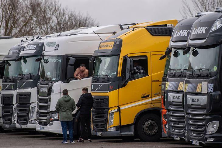 Kierowcy ciężarówek w Anglii muszą zrobić test na SARS-coV-2 lub ograniczyć opuszczanie pojazdu do minimum